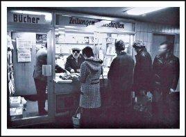 _ostdeutsche Lektuere in der U-Bahn. ...