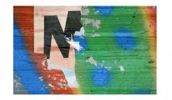 plakativer Buchstabe mit Farbspiel