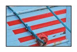 blaurot, schraeg im Hafen